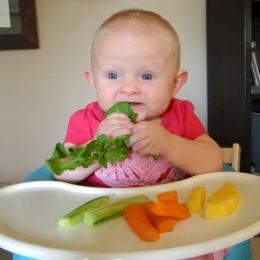 Diversificarea alimentaţiei bebeluşilor prin metoda BLW. Care sunt beneficiile dar şi pericolele