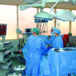 Bătălie cu cancerul câştigată: tumoare de colon, operată laparoscopic la MEDSTAR 2000