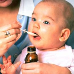 Ce riscaţi dacă daţi copiilor medicamente după ureche?