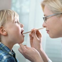 Amigdalita la copii poate duce la probleme grave! Când este necesară operaţia