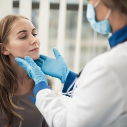Amigdalita poate fi cauzată de un virus al răcelii