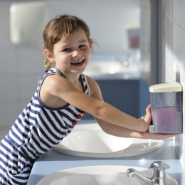 Apa rece omoară eficient bacteriile. Nu este nevoie de apă caldă