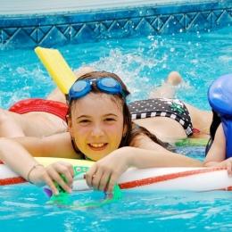 Apă de mare sau apă din piscină? Ce recomandă medicii pentru îmbăiere