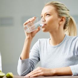 Un mit spulberat! Apa cu gheață nu vă ajută să slăbiți