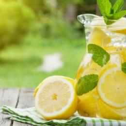 Apa caldă cu lămâie are multiple beneficii pentru organism