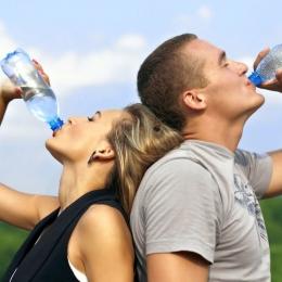 Hidrataţi-vă suficient! Apa este indispensabilă organismului uman