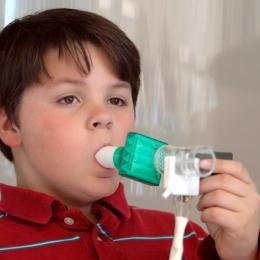 Inhalatorul sau nebulizatorul? Care este mai bun pentru copiii cu astm