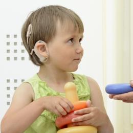 Importanţa auzului. Trei bebeluşi din 1.000 se nasc cu probleme de auz