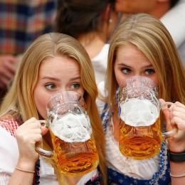 De ce nu este bine să consumaţi alcool pe caniculă
