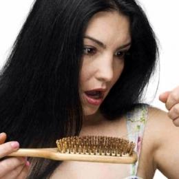 Căderea părului, la femei. O problemă temporară sau o afecţiune gravă?