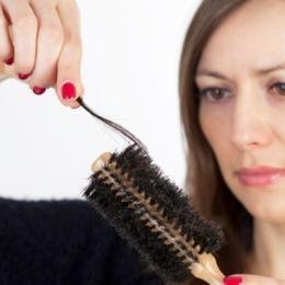 Ţii cură de slăbire? Grijă mare, să nu rămâi fără… păr