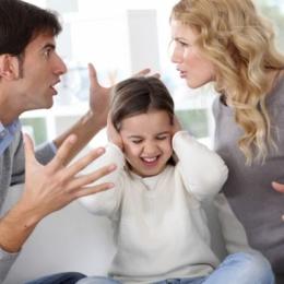 Certuri, ţipete şi insulte în cuplu. Cocktail-ul perfect care distruge copiii