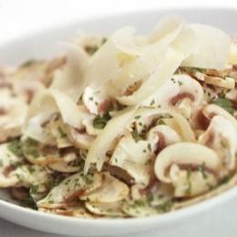 Salată de ciuperci cu ouă, țelină și cașcaval