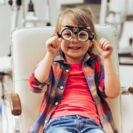 Cât de important este să-ţi duci copilul la oftalmolog. Problemele de vedere duc la dificultăţi de învăţare