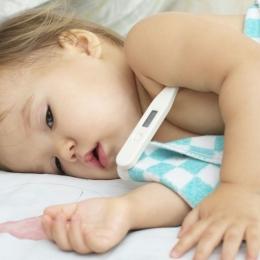 Copii care fac convulsiile febrile au nevoie de consult specializat