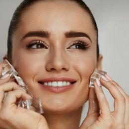 Cuburile de gheață pot oferi pielii o strălucire naturală