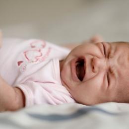 Din ce cauză se nasc unii copii cu intestinele în afara corpului