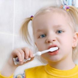Cariile dentare nu-i iartă nici pe bebeluşi?