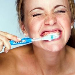 Periajul agresiv al dinţilor afectează gingiile