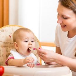 Trebuie să începeţi diversificarea mesei bebeluşului? Iată ce trebuie să faceţi!