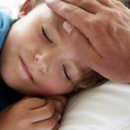 Ce greşeli fac mamele când copilul are febră