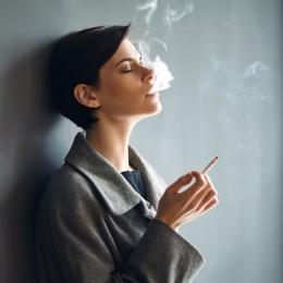 Femeile se lasă mai greu de fumat decât bărbaţii