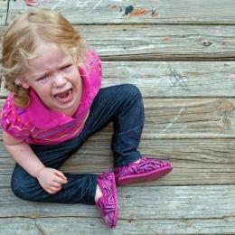 De ce apar crizele de furie la copii şi cum pot părinţii să le calmeze
