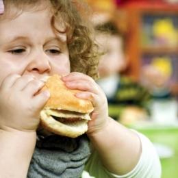 Atenţie, părinţi! Obezitatea copilului este furia înghiţită