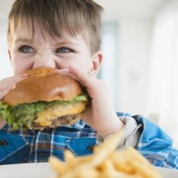 """Reclamele ne """"mănâncă"""" sănătatea! Obezitatea poate fi cauzată şi de unele boli"""