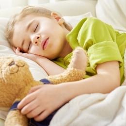 Copiii stresaţi au probleme cu somnul. Ce trebuie să facă părinţii pentru a-i ajuta