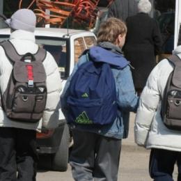 Cum prevenim afecţiunile cauzate de ghiozdanele grele ale elevilor