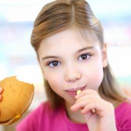 Hrăniţi-vă sănătos copiii! Nu le mai daţi fast- food!