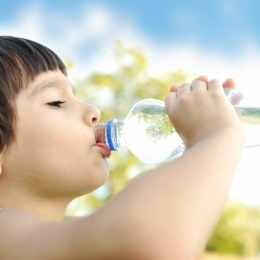 Copilul tău bea suficiente lichide?