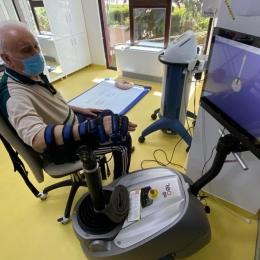 Kinetoterapia robotică vă ajută să vă recuperaţi mâna paralizată