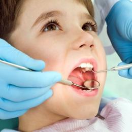 Cum îl scăpăm pe cel mic de teama de dentist