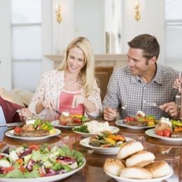 Când aţi gătit ultima oară? Obişnuiţi copiii cu mesele în familie