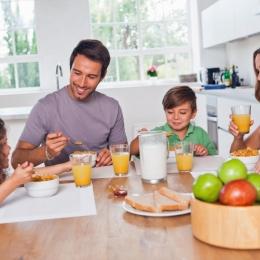 Nu săriţi peste micul dejun, dar fiţi atenţi la ce mâncaţi!