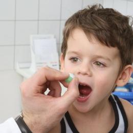 Copilul puţin răcit? Părinţi, nu exageraţi cu medicamentele!