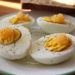 Cum puteţi mânca cinci ouă pe zi fără a creşte colesterolul
