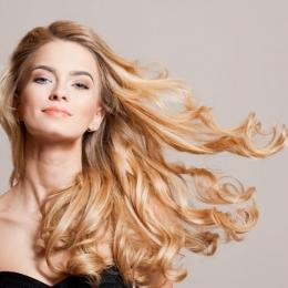 Scăpaţi în câţiva paşi de părul electrizat! Ce trebuie să faceţi