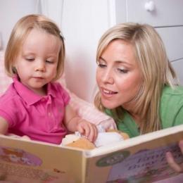 Citiţi-le copiilor poveşti! Le pot aduce numai beneficii