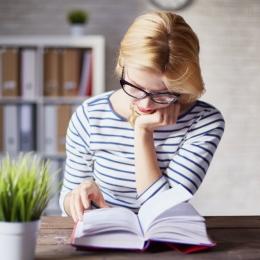 Dificultate la citit şi ochi obosiţi? S-ar putea să aveţi nevoie de ochelari