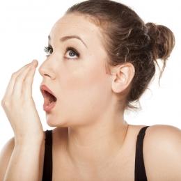 Respiraţia urât mirositoare poate fi simptomul unor boli grave. Află ce afecţiuni se ascund în spatele ei