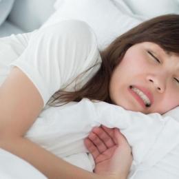 Scrâşnitul dinţilor, o problemă cu care ne confruntăm noaptea