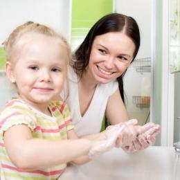 Spălaţi-vă corect pe mâini după ce mergeţi la toaletă!