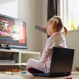 Statul prelungit la televizor predispune copiii la îngrășare