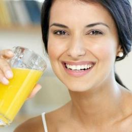 Sucuri naturale care ţin bolile la distanţă. Ce combinaţii de fructe şi legume vă apără de răceală, febră sau cancer