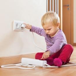 Supravegheaţi-vă atent copiii! Pericolele din casă sunt la tot pasul