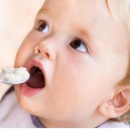 Cum începe diversificarea hranei bebeluşului