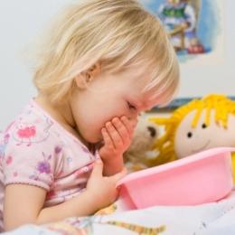 """Copilul vomită - care sunt primele măsuri pe care le iau părinţii. """"Laptele este contraindicat"""""""